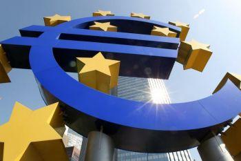 Логотип европейской валюты евро, находящийся перед Европейским центральным банком (ЕЦБ) во Франкфурте-на-Майне. Фото: Daniel Roland/Getty Images
