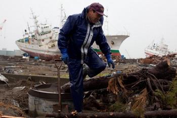Поиск пропавших без вести в Японии продолжается. Фото:YASUYOSHI CHIBA/AFP/Getty Images