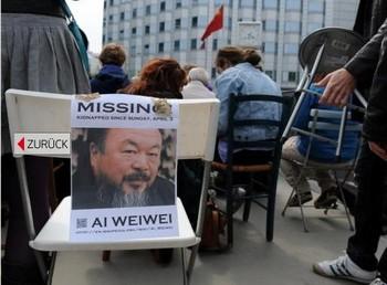 Акции протеста на стульях прошли по всему мир. Фото с fnp.de