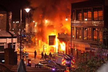 Беспорядки охватили  Ливерпуль,  Манчестер и Бристоль. Фото: Matthew Lloyd/Getty Images