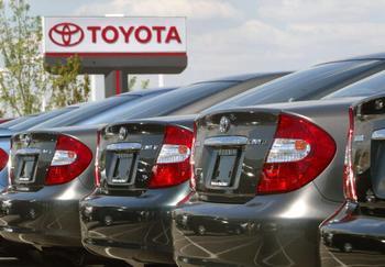 Вследствие катастрофы в Японии Toyota сокращает продукцию. Фото:  Tim Boyle/Getty Images