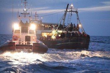 Переполненные беженцами корабли из Ливии у побережья Италии. Фото: suedostschweiz.ch