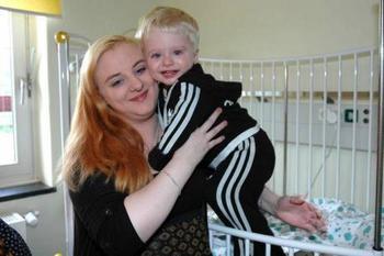Дженнифер и её сын Леон, в детской больнице в Гамбурге, после того как чуть не утонул в садовом пруду, Фото: Burkhard Fuchs