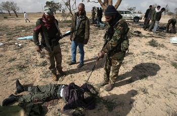 Ошибка ВВС НАТО привела к гибели 13 повстанцев. Фото: AHMUD HAMS/AFP/Getty Images