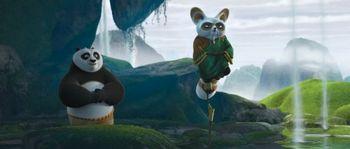 Шифу (Дастин Хоффман, справа) учит По (Джек Блэк, слева) значению внутреннего мира в «Кунг-фу Панда 2». (Фото DreamWorks Animation)