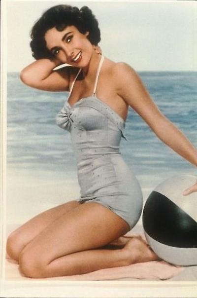 Актриса Элизабет Тейлор позирует для рекламы старого фильма. Фото: Getty Images