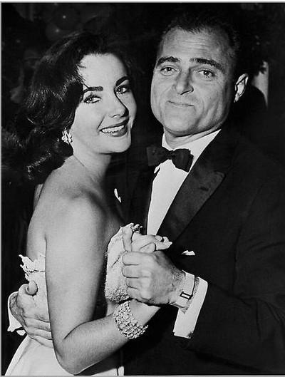 Британско-американская актриса Элизабет Тейлор во время танца с кинопродюсером Майком Тоддом на вечеринке в Гринвиче, 9 декабря 1956 год. Майк Тодд позже стал ее третьим мужем. Лиз Тейлор в феврале 1957 году. Фото: AFP/Getty Images