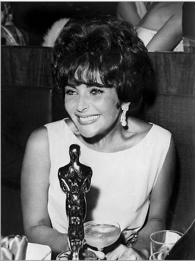 Апрель 1961 года, Санта-Моника, Калифорния.  Элизабет Тейлор получила «Оскар» в номинации «Лучшая актриса года» за  роль в «Баттерфилд, 8». Фото: AFP/Getty Images