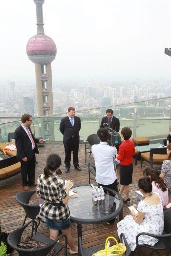 Джон Бэрд на встрече с журналистами после выступления в Шанхае.  Фото предоставлено Министерством иностранных дел и международной торговли Канады
