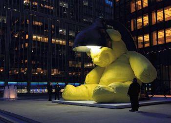 Огромный 16-тонный ярко-желтый плюшевый мишка со светильником мирно уселся на  Манхэттене Автор скульптуры  Урс Фишер.  В следующем месяце скульптура будет отправлена на аукцион  в Christies. (Источник: Фишер Урс)
