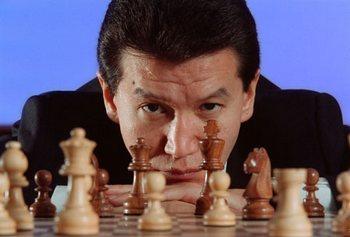 Кирсан Илюмжинов  сыграл в шахматы с Кадаффи. Фото с yuga.ru
