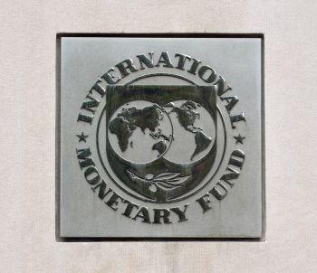 Эмблема на штаб-квартире Международного Валютного Фонда (МВФ), замеченная 5 июня в Вашингтоне, округ Колумбия. Фото: Mandel Ngna/Getty Images