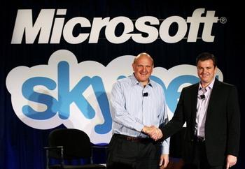 Исполнительный директор Microsoft Стив Баллмер  пожимает руку генеральному директору Skype Тони Бейтсу, во время пресс-конференции 10 мая 2011 года в Сан-Франциско, штат Калифорния. Фото: Justin Sullivan/Getty Images