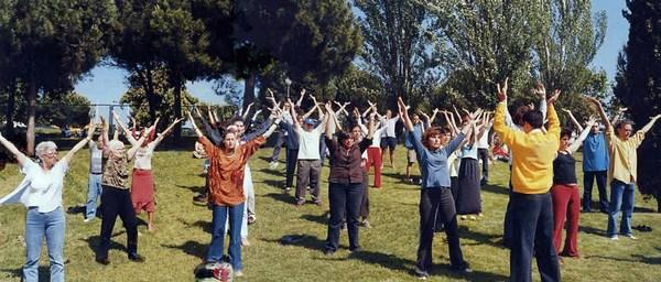 Обучение упражнениям Фалуньгун. Фото: ru-enlightenment.org