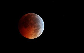 Полное лунное затмение. Фото: KAREN BLEIER/AFP/Getty Images