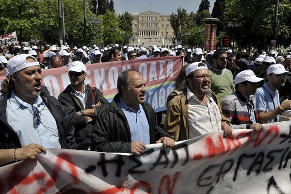 В Афинах 27 апреля вечером прошли демонстрации протеста против стабилизационных мер правительства и помощи МВФ. Фото: ARIS MESSINIS/AFP/Getty Images