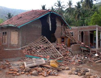 Землетрясение магнитудой 7 баллов произошло утром в воскресенье, 14 марта, у побережья Индонезии. Фото: AFP/Stringer/Getty Images News