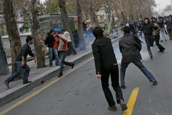 Декабрьские столкновения многие сравнивают по жестокости с беспорядками, произошедшими вслед за президентскими выборами в июле этого года. Фото: AFP/Getty Images