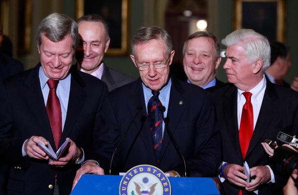 Верхняя и нижняя палаты конгресса США приняли закон о реформе здравоохранения. Фото: Mark Wilson/Getty Images