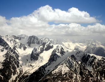 Непрекращаюшиеся подземные толчки в таджикском Горном Бадахшане заставили многих жителей области в панике покинуть свои дома. Фото: MASSOUD HOSSAINI/AFP/Getty Images