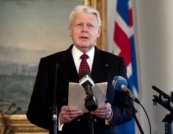 Гримссон заявил, что Исландия не намерена нарушать свои обязательства. Фото: HALLDOR KOLBEINS/AFP/Getty Images
