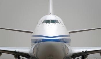 В Майами у самолета в воздухе отвалилась часть фюзеляжа. Фото:  Ed Jones/AFP/Getty Images