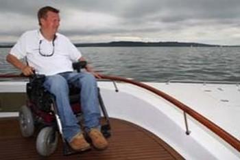 британец Джефф Холт стал первым страдающим параличом четырех конечностей человеком, которому удалось в одиночку под парусом пересечь Атлантический океан. Фото с сайта  most-kharkov.info
