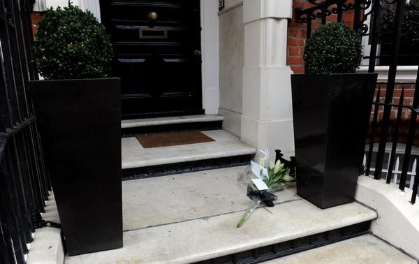 Цветы возложены возле дома. Фото:  Gareth Cattermole/Getty Images
