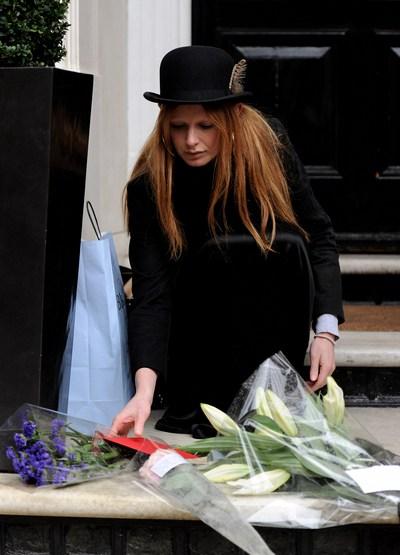 Цветы возложены возле дома. Olivia Inge. Фото:  Gareth Cattermole/Getty Images
