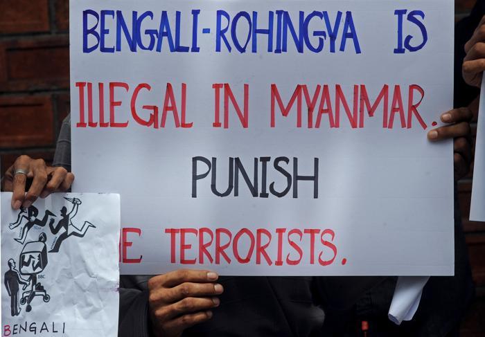 Активисты перед посольством Мьянмы в Бангкоке 15 июня 2012. Фото: PORNCHAI KITTIWONGSAKUL/AFP/GettyImages