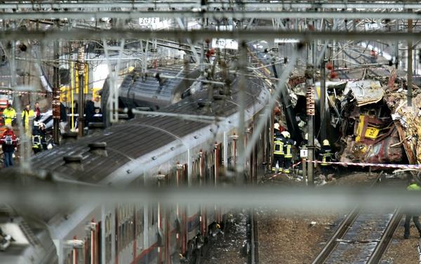 В результате столкновения поездов в Бельгии погибло более 20 человек. Фото:  GEORGES GOBET/AFP/Getty Images