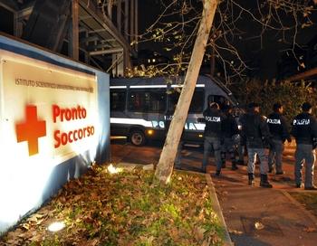 """Сегодня врачи миланской больницы """"Сан-Раффаэле"""" на консилиуме решили, что Берлускони останется в клинике, как минимум, еще на 36 часов. Фото: DAMIEN MEYER/AFP/Getty Images"""