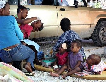 Дети, оставшиеся в живых после землетрясения. Фото: JULIEN TACK/AFP/Getty Images