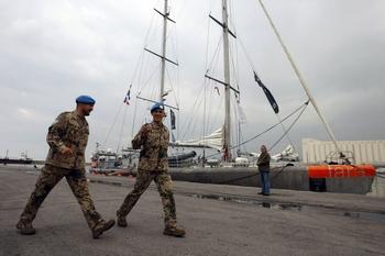 У берегов Ливана из-за шторма затонуло судно, на борту которого находилось 83 человека, 30 из них удалось спасти. Фото:  JOSEPH BARRAK/AFP/Getty Images