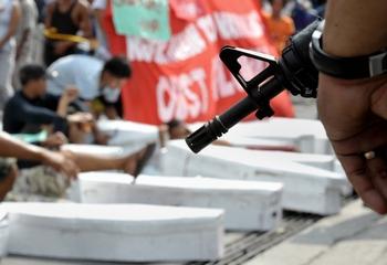 Протестующие требуют расследования. Манила, Филиппины. Фото:  JAY DIRECTO/AFP/Getty Images
