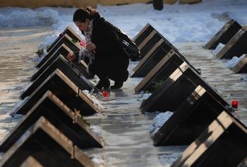 Это стал более глубокий протест против условий жизни, навязанных режимом, и в конце концов против коммунизма. Памяти погибшим в Тимошиаре. Фото:  DANIEL MIHAILESCU/AFP/Getty Images