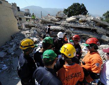 На Гаити и спасатели и спасаемые находятся в тяжелейших условиях. Фото:  JEWEL SAMAD/AFP/Getty Images