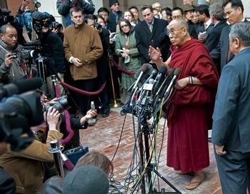 Президент США Барак Обама провел встречу с духовным лидером Тибета Далай-ламой XIV, встреча, состоявшаяся в Белом доме в Вашингтоне в четверг, 18 февраля, прошла при закрытых дверях. Фото:  PAUL J. RICHARDS/AFP/Getty Images