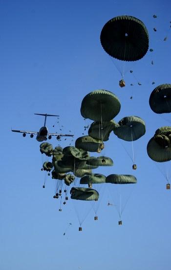 Американские войска развертывают крупномасштабную операцию по доставке гуманитарных грузов на Гаити. Фото:  James L. Harper Jr/U.S. Air Force via Getty Images