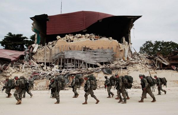Американские войска развертывают крупномасштабную операцию по доставке гуманитарных грузов на Гаити. Фото:  Chris Hondros/Getty Images