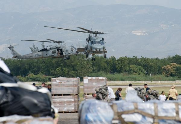 Американские войска развертывают крупномасштабную операцию по доставке гуманитарных грузов на Гаити. Фото:  NICHOLAS KAMM/AFP/Getty Images