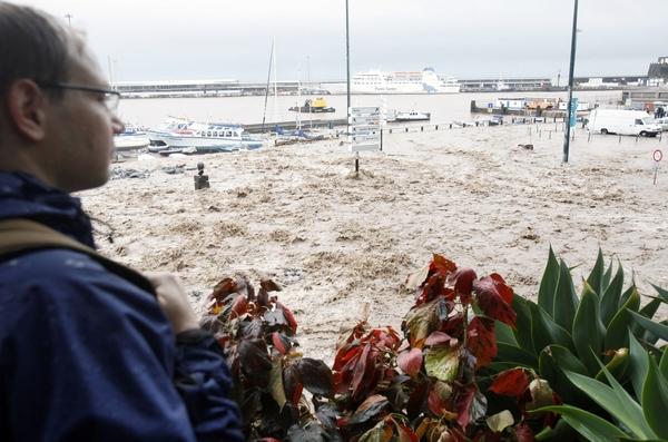 Жертвами проливных дождей на Мадейре стали  32 человека, десятки человек находятся в больницах. Фото:   GREGORIO CUNHA/AFP/Getty Images