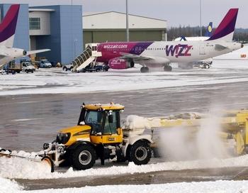 Вслед за железнодорожными путями и автострадами леденют взлетно-посадочные полосы аэропортов. Фото: MAX NASH/AFP/Getty Images