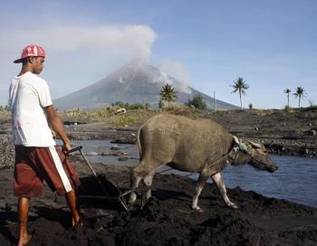 Филиппины приготовились к извержению вулкана. Фото:  Charism SAYAT/AFP/Getty Images