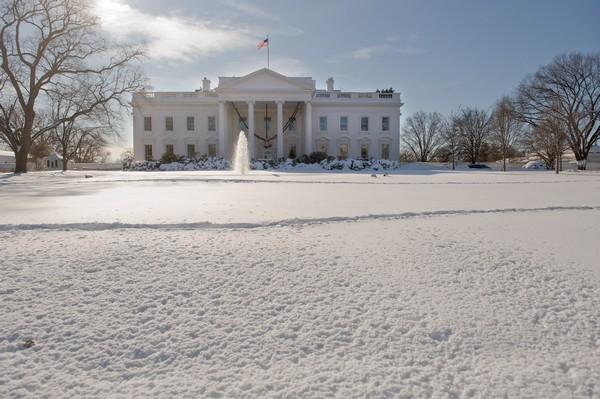 Снежный шторм прошёл на территории десятков штатов США: пять человек погибли. Фото: NICHOLAS KAMM/AFP/Getty Images