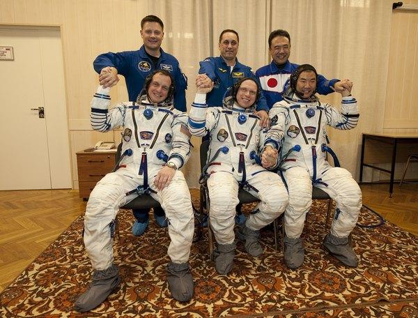 Экипаж космического корабля ТМА-17: россиянин Олег Котов, американец Тимоти Кример и японец Соичи Ногучи. Фото:  Bill Ingalls/NASA via Getty Images