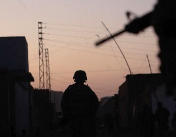 Полицейские открыли огонь по автомобилю, в котором находились Ширнага с сыном, приняв его за машину талибов. Фото: Chris Hondros/Getty Images
