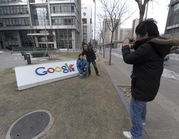 После разоблачения коммунистического правительства в участии в кибератаках Google, в Пекине на улицах появились сорванные вывески компании.  Фото:  LIU JIN/AFP/Getty Images