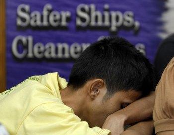 Родственники погибших. Паром затонул ночью к югу от филиппинской столицы Манилы. Фото: NOEL CELIS/AFP/Getty Images