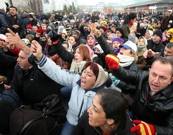 Сразу в нескольких городах на юго-востоке Турции акции протеста этнических курдов переросли в столкновения с полицией. Фото: ADEM ALTAN/AFP/Getty Images